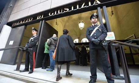 L'entrata del Palazzo di Giustizia di Genova presidiata dalle forze dell'0rdine, dove si svolge il processo ai due anarchici che ferirono alle gambe l'ad di Ansaldo Energia Roberto Adinolfi. Genova 30 ottobre 2013/ANSA/LUCA ZENNARO